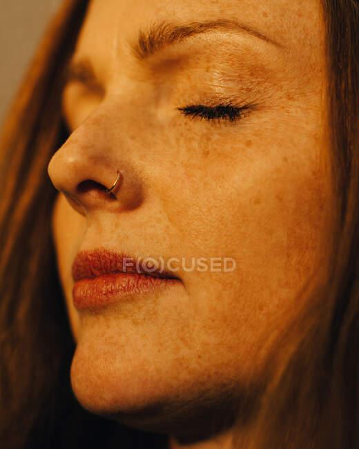 Gros plan de la femme les yeux fermés au soleil — Photo de stock