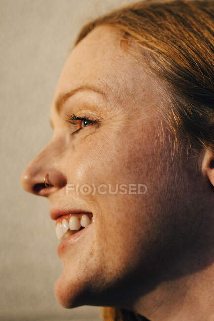 Side view of smiling woman against wall — Stock Photo