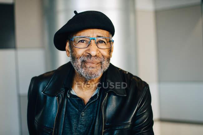 Retrato de homem sênior sorridente com óculos — Fotografia de Stock
