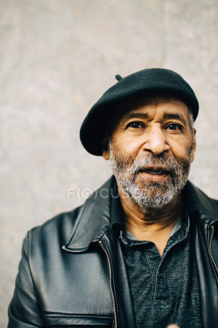 Portrait de l'homme âgé contre le mur — Photo de stock