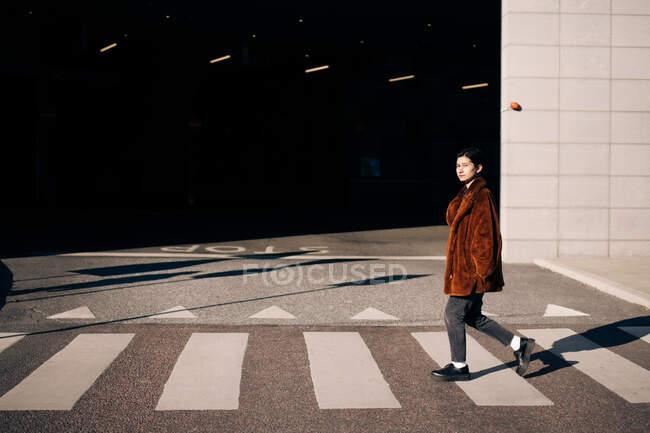 Ritratto di donna che attraversa la strada — Foto stock