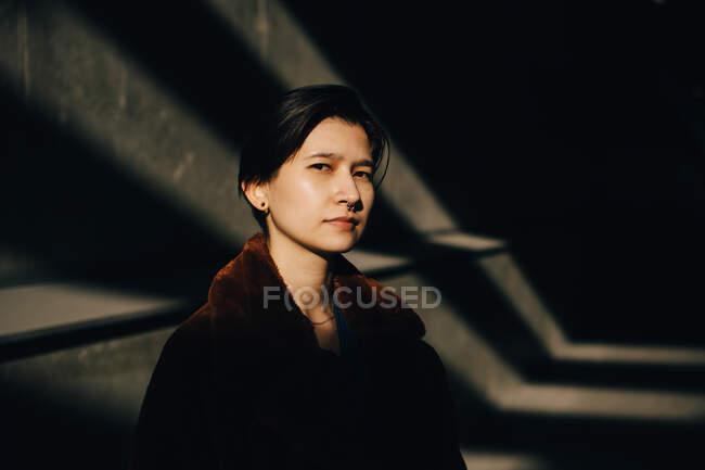 Retrato de jovem de pé contra a parede — Fotografia de Stock