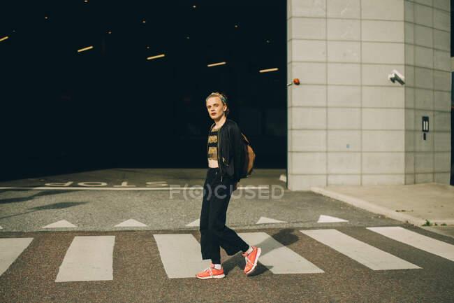 Ritratto dell'uomo con le mani dietro la strada di attraversamento — Foto stock