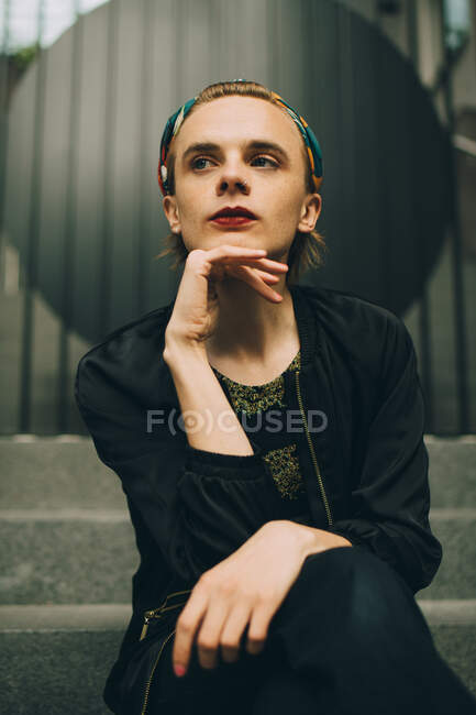 Betrachtender junger Mann schaut im Treppenhaus weg — Stockfoto