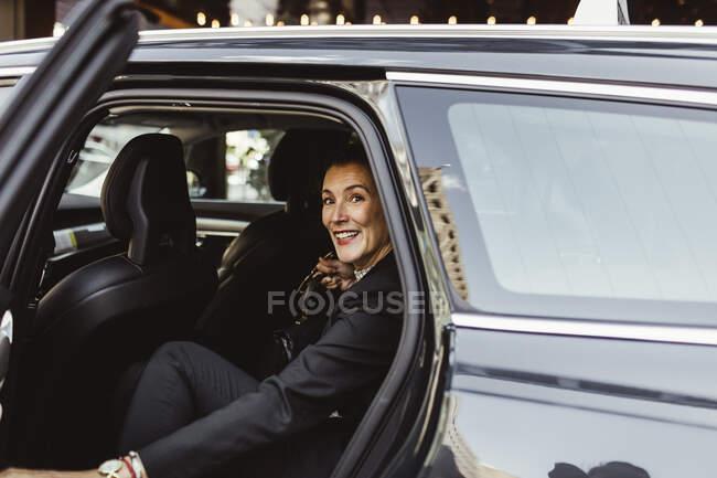 Ritratto di imprenditrice donna fiduciosa seduto in auto — Foto stock