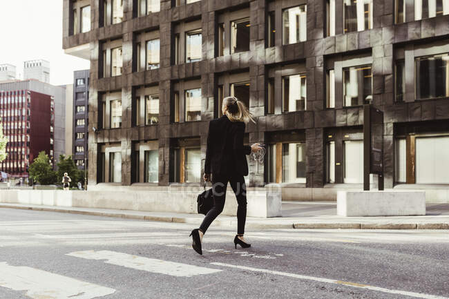 Задний вид на перекрёсток между улицей и зданием — стоковое фото