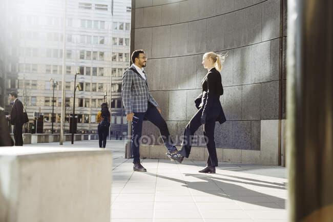 Les gens d'affaires alternent leurs salutations durant une pandémie — Photo de stock
