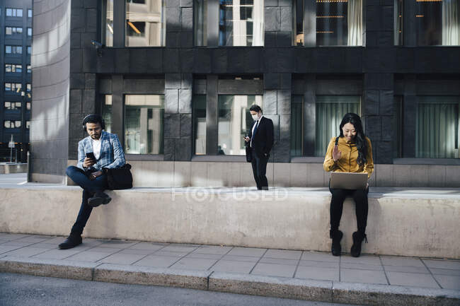 Social distancing business people woking outdoors — Stock Photo