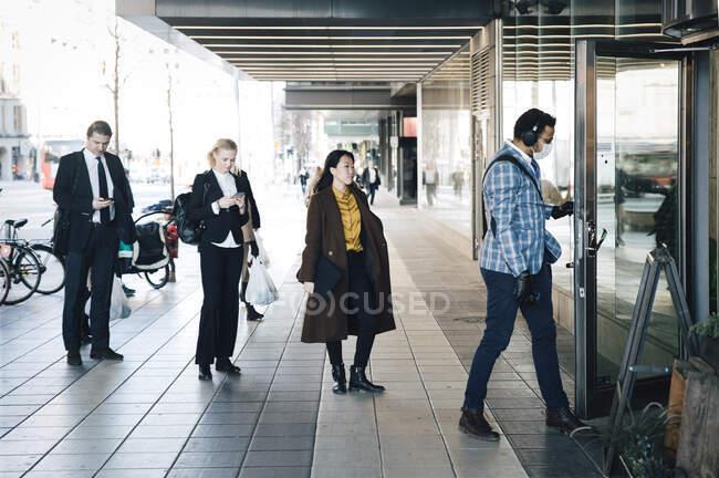 Menschen stehen Schlange vor Café — Stockfoto