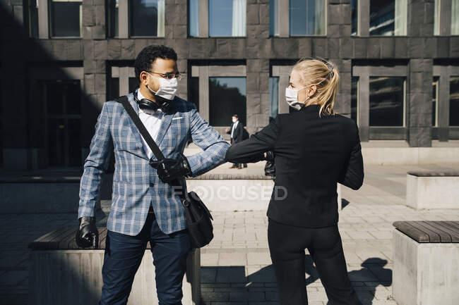 Empresários usando cotovelos saudação durante a pandemia covid-19 — Fotografia de Stock