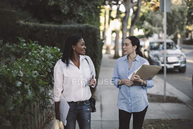 Жіночі архітектори обговорюють питання стоячи на стежці. — стокове фото