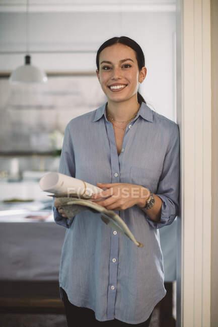 Портрет смайлика - фахівця з дизайну паперу та тканини, що стоїть у домашньому офісі. — стокове фото