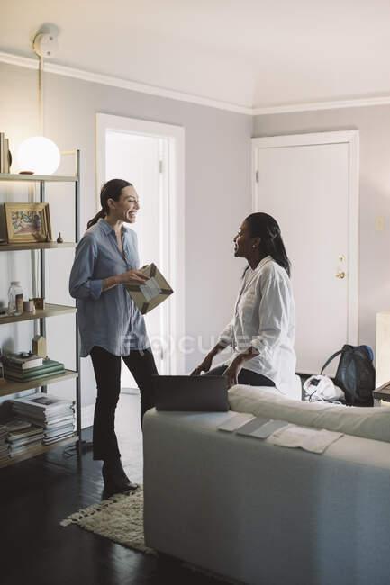 Усміхнені підприємці спілкуються у вітальні. — стокове фото