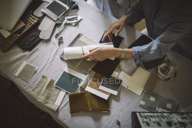 Vista de gran angular de las diseñadoras que trabajan en la mesa en la oficina de casa - foto de stock