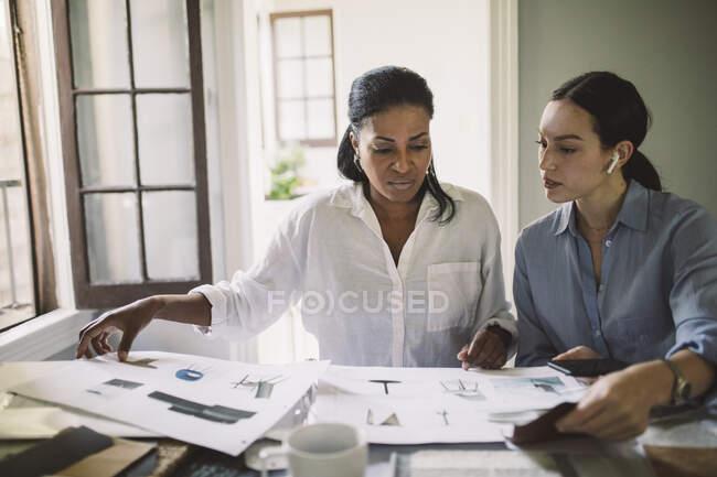 Femmes designers travaillant assis à table dans le bureau à la maison — Photo de stock