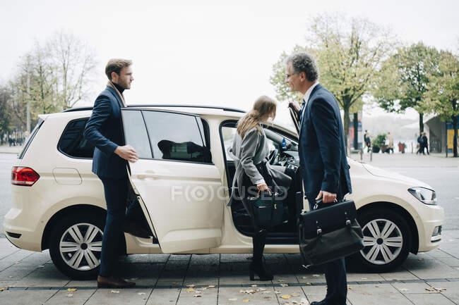 Executivos masculinos e femininos viajando juntos para viagem de negócios — Fotografia de Stock