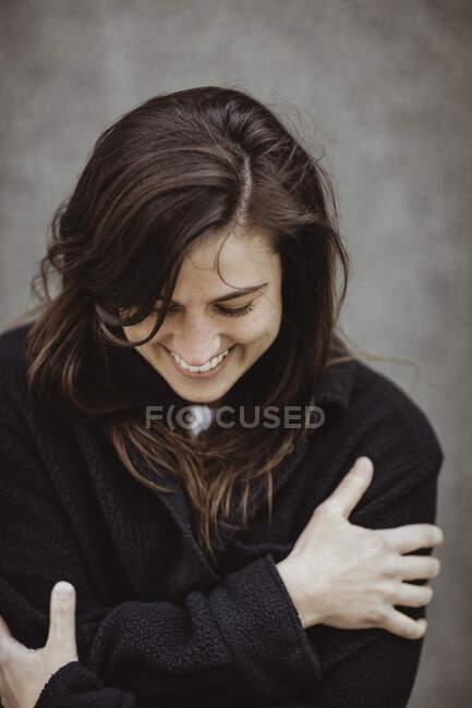 Щаслива жінка з закритими очима. — стокове фото