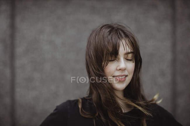 Посміхнена жінка з закритими очима. — стокове фото