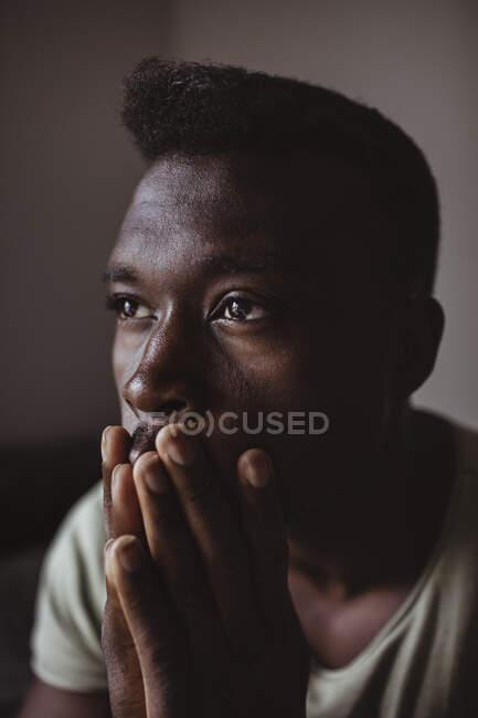 Стрес чоловіка, який відводить погляд. — стокове фото