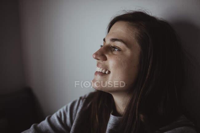 Зв'язок усміхненої жінки, що озирається — стокове фото