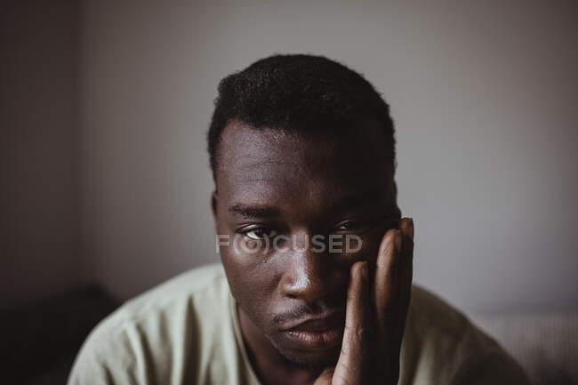 Nahaufnahme Porträt eines traurigen Mannes — Stockfoto