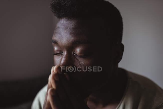 Закрытие дома встревоженного мужчины с закрытыми глазами — стоковое фото