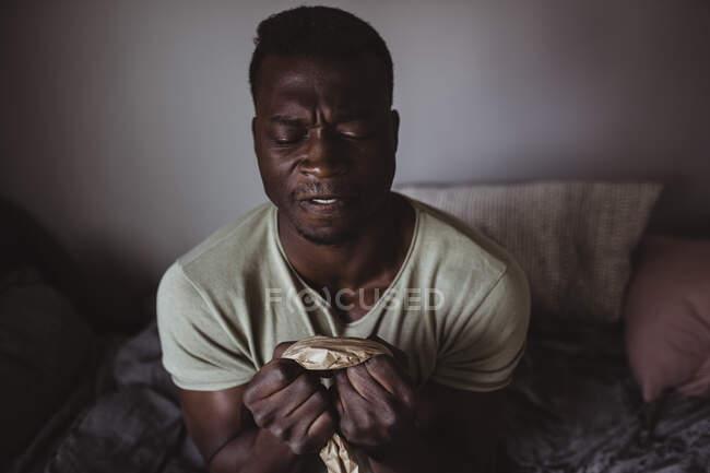 Розчарований чоловік розриває папір агресією. — стокове фото