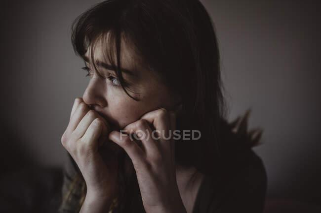 Закрытие глаза обеспокоенной женщины, отводящей взгляд — стоковое фото