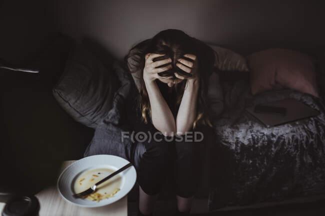 Blick aus der Vogelperspektive auf besorgte Frau im Bett — Stockfoto
