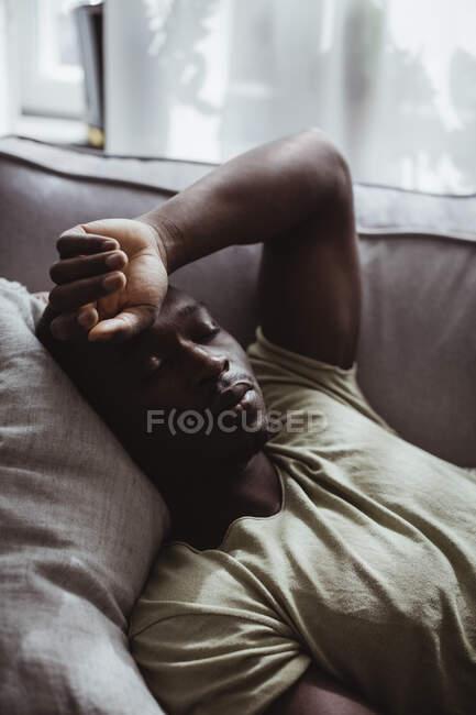 Trauriger Mann schläft zu Hause auf Sofa — Stockfoto