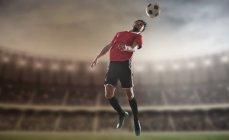 Fußballer, die Richtung der Fußball im Stadion — Stockfoto