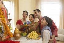 Сім'я у святковий одяг, виконуючи aarti Ганеш chaturthi — стокове фото