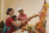 Семья в праздничную одежду, выполнять aarti на Ганеша-чатуртхи — стоковое фото