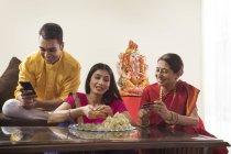 Indiano giovane coppia adulta in cerca di vecchia vicino religiosa Idol — Foto stock