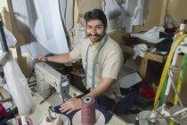 Чоловічий кравця працює над швейні машини в майстерні з пошиття аксесуари уїк-енду — стокове фото