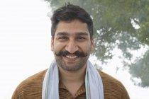 Retrato de índio sorridente aldeia homem com bigode encaracolado — Fotografia de Stock