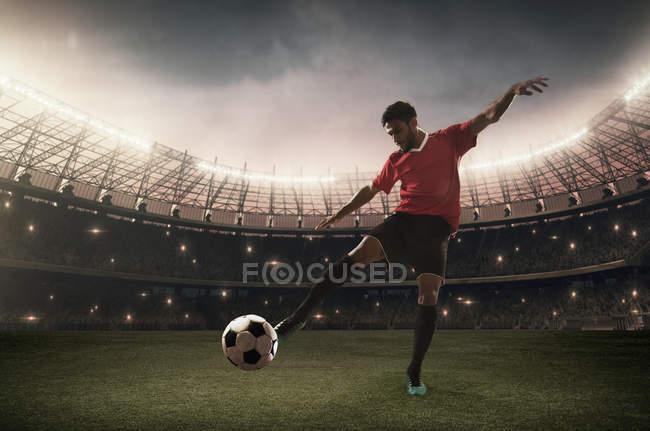 Fußballer kickt den Ball — Stockfoto