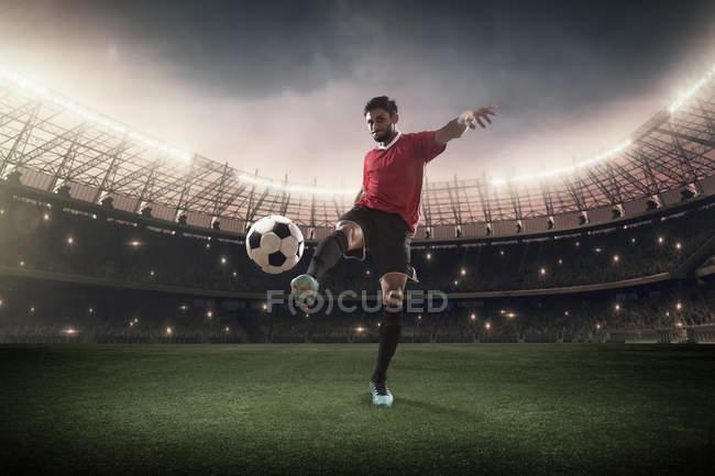 Fußballer kickt Ball im Stadion — Stockfoto