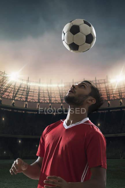 Fußballspieler schlägt den Ball von Kopf — Stockfoto