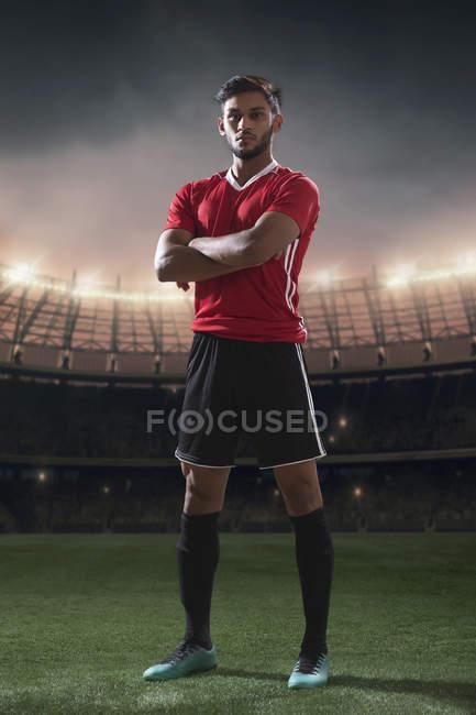 Retrato de pie de jugador de fútbol con estadio de fondo - foto de stock