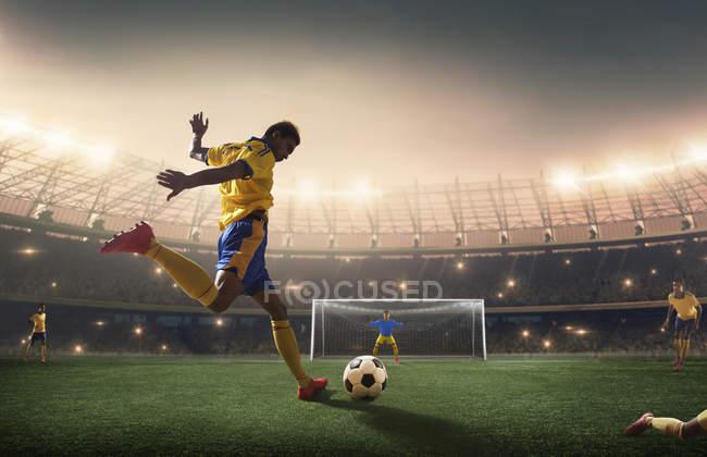 Fußballer schießt den Ball aufs Tor. — Stockfoto
