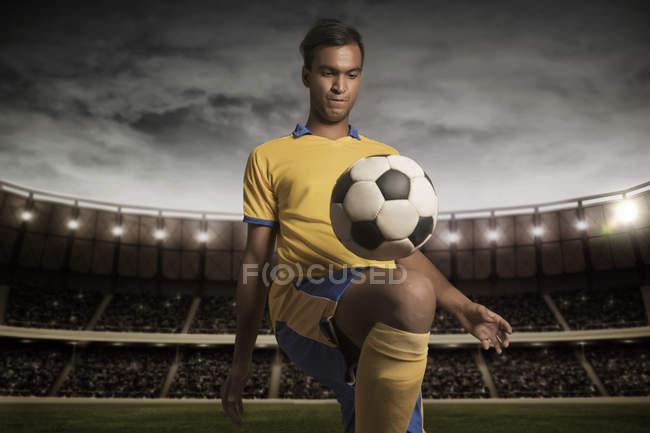 Чоловічий футболіста практикуючих кік ups — стокове фото