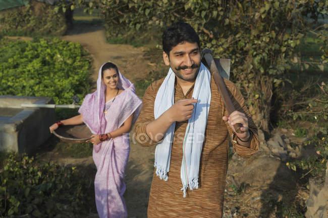 Indiano uomo e donna in fattoria giardino — Foto stock