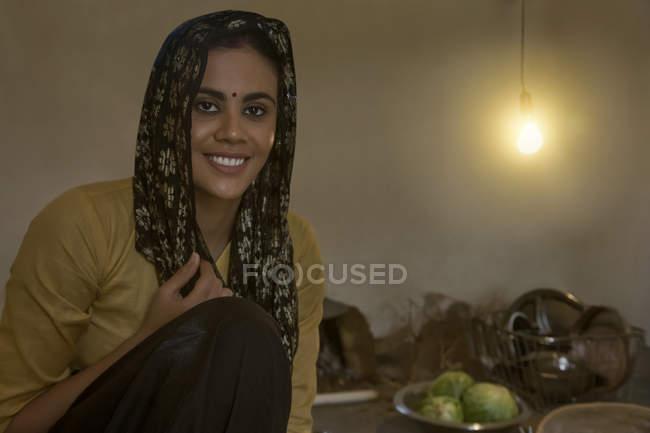 Mulher indiana sentado na cozinha no chão — Fotografia de Stock
