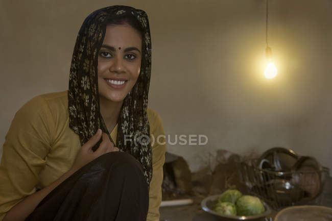 Donna indiana seduta in cucina al piano — Foto stock