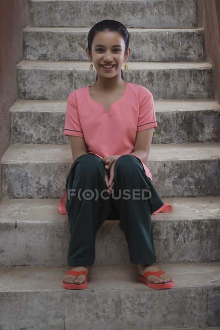 Retrato de menina indiana sentado em passos — Fotografia de Stock