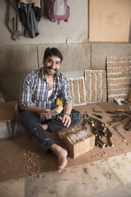 Карпентер, роблячи різьблених виробів і конструкцій, по дереву, використовуючи долото в майстерні — стокове фото