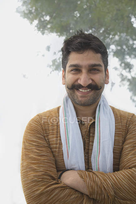 Ritratto di uomo sorridente del villaggio con baffi arricciati e braccia incrociate — Foto stock