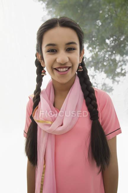 Portrait de sourire fille indienne regardant la caméra — Photo de stock