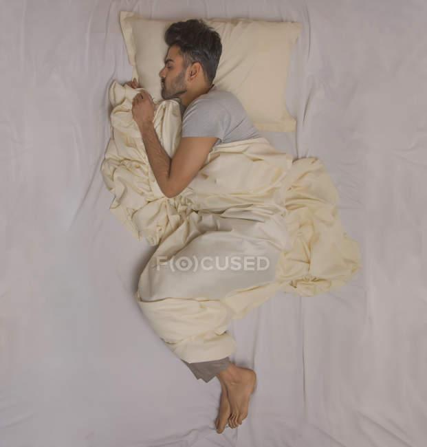 Joven dormido en casa - foto de stock